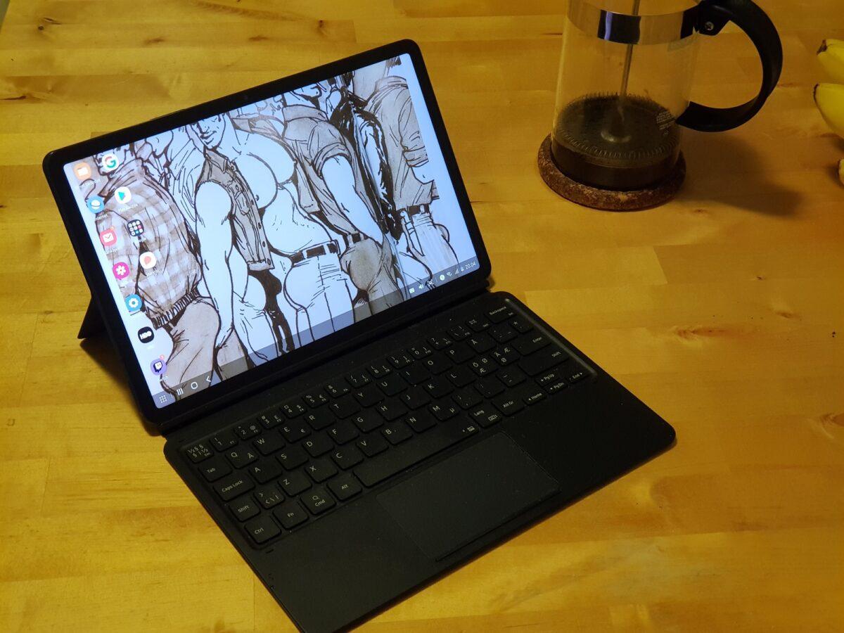 Samsung Galaxy Tab S7 -tablettitietokone näppäimistökuorella varustettuna auki työpöydällä